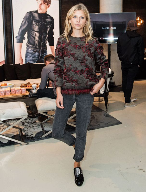 Le look de Clémence Poesy | Grey jeans | sweat broderies