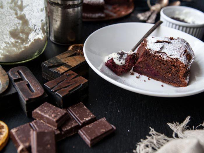 """Eva vom Blog foodtastic liebt verrückte Kuchenkombinationen. In diesem Rezept trifft Schokolade auf rote Bete. Die Knolle hat es ihr besonders angetan. Das liegt nicht nur an der tollen Farbe, sondern auch den """"inneren Werten"""" Eisen, Folsäure und Vitaminen."""