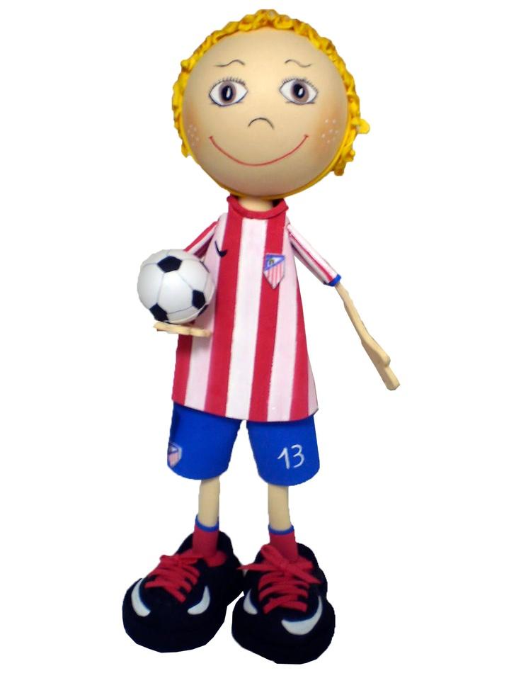 Fofucho jugador Atlético de Madrid Temporada 2012/2013 de apróximadamente 25cm de altura.  Disponible también en 35cm y 50cm de altura.  Regalo ideal para los aficionados colchoneros. Personaliza  a tu fofucho con tu jugardor atlético favorito.