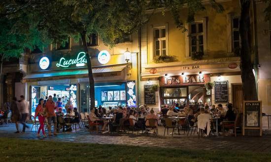 Nuovi orari per la movida a Bratislava. Locali chiusi a mezzanotte