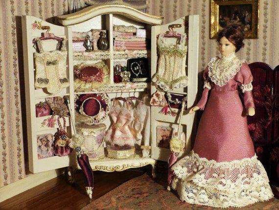 Armoire Garnie et Marie Jeanne Poupée en Porcelaine – Echelle 1/12  Epoque Victorienne -  Maison de poupée Miniature,  Armoire, Penderie