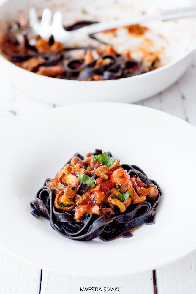 Czarny makaron z kurkami i pomidorami