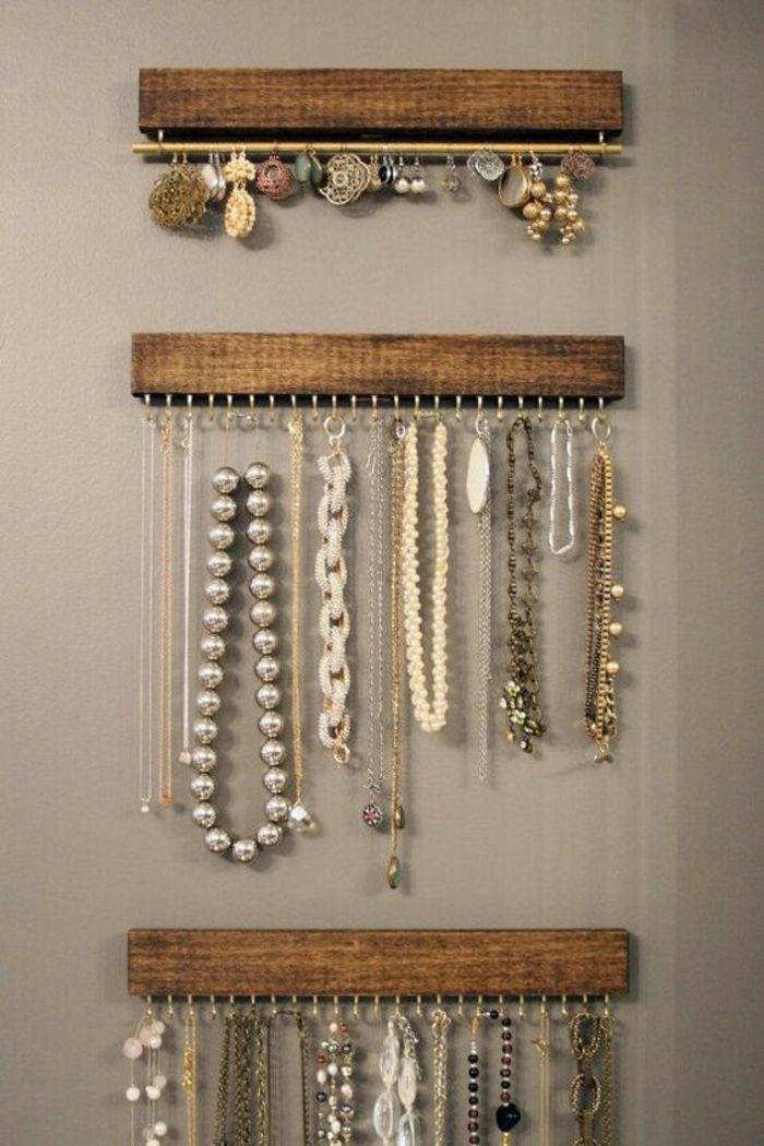 ohrringständer und kettenständer aus holz, ohrringe, halskette mit silbernen perlen, schmuck