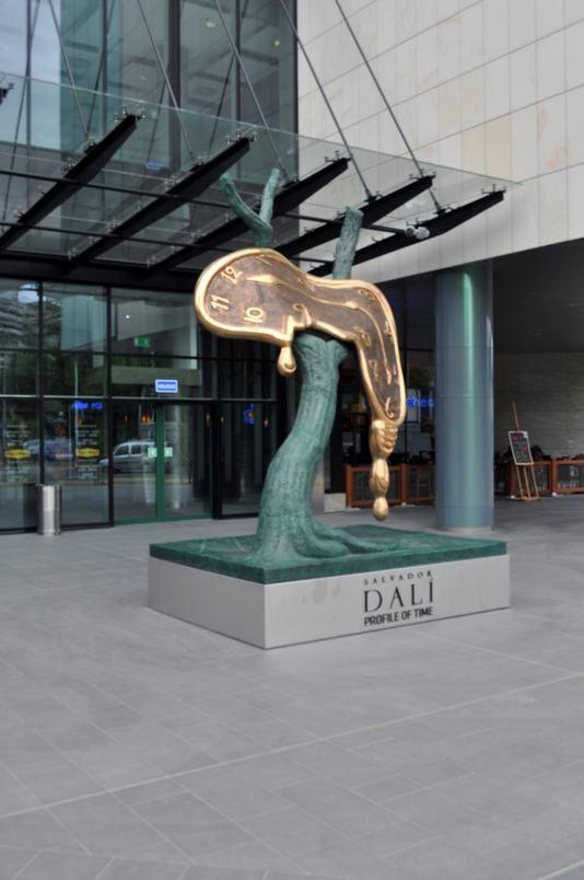 """""""Profil czasu"""" - rzeźba Salvadora Dali przed wejściem do Sky Tower"""