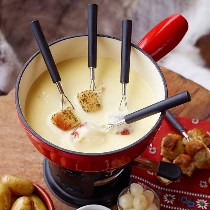Een klassieke fondue uit Zwitserland,perfect voor een gezelligeavond met vrienden. Serveer met rauwkost, vers brood en ingemaakte groente.    1 Breng in een pan de wijnaan de kook. Zet het vuur laag,roer de kaas er goed door,...