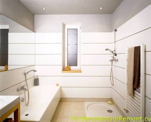 место для стока воды в душе можно немного углубить в пол, если помещение ванной позволяет это сделать. Уникальная полосная плитка на стенах ванной комнаты создаст красивый эффект даже в маленькой ванной комнате.