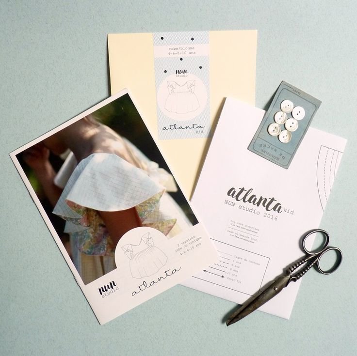 ATLANTA est un modèle plein de charme avec manches volantées, déclinable en robe ou tunique. TAILLES : 4-6-8-10 ans. Difficulté : ◊◊♦♦♦ Le patron vous sera envoyédans une pochette cartonnée coul…
