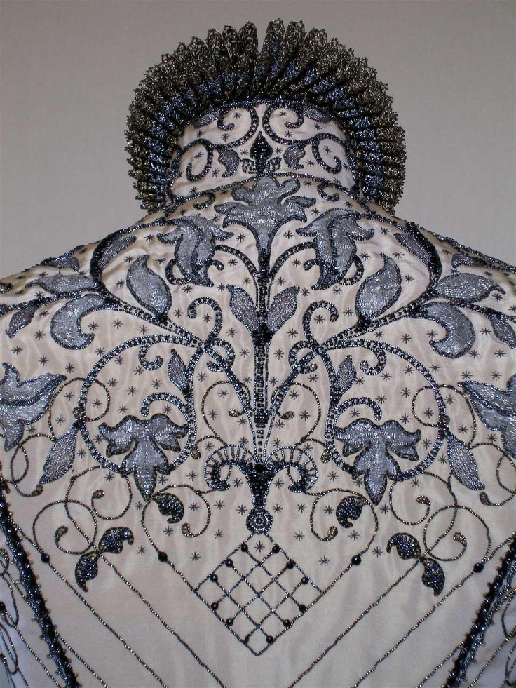 17th century, bodice with embroidery and cartwheel ruff.....beautiful <3