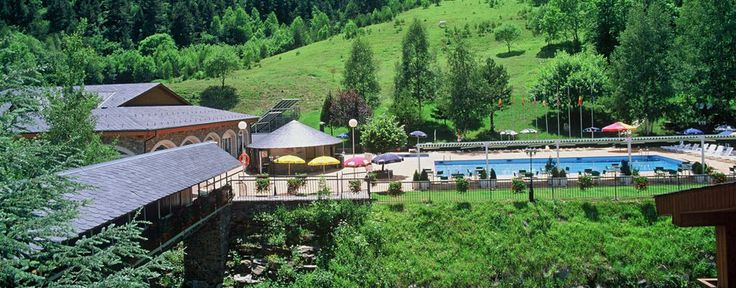 El Hotel constituye, por su privilegiada localización a las puertas del parque natural de Comapedrosa y a 1.400 m. de altura , el emplazamiento ideal para quienes quieran disfrutar de un entorno privilegiado de alta montaña.