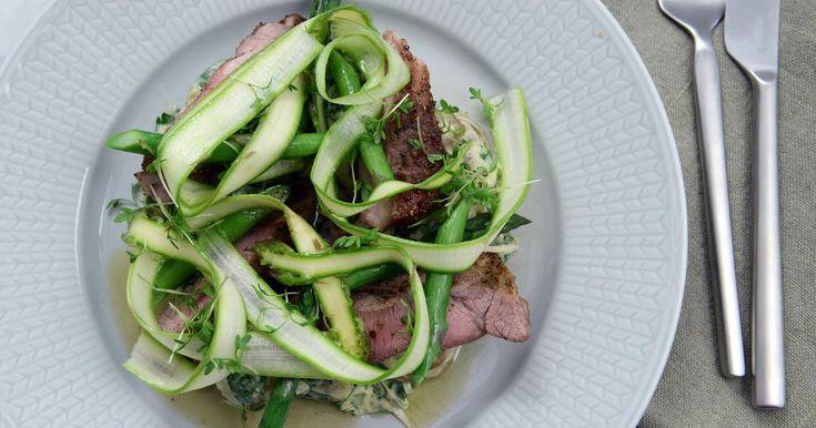 Härligt kryddig fläskkarré med krämig färskpotatissallad och grön sparris.