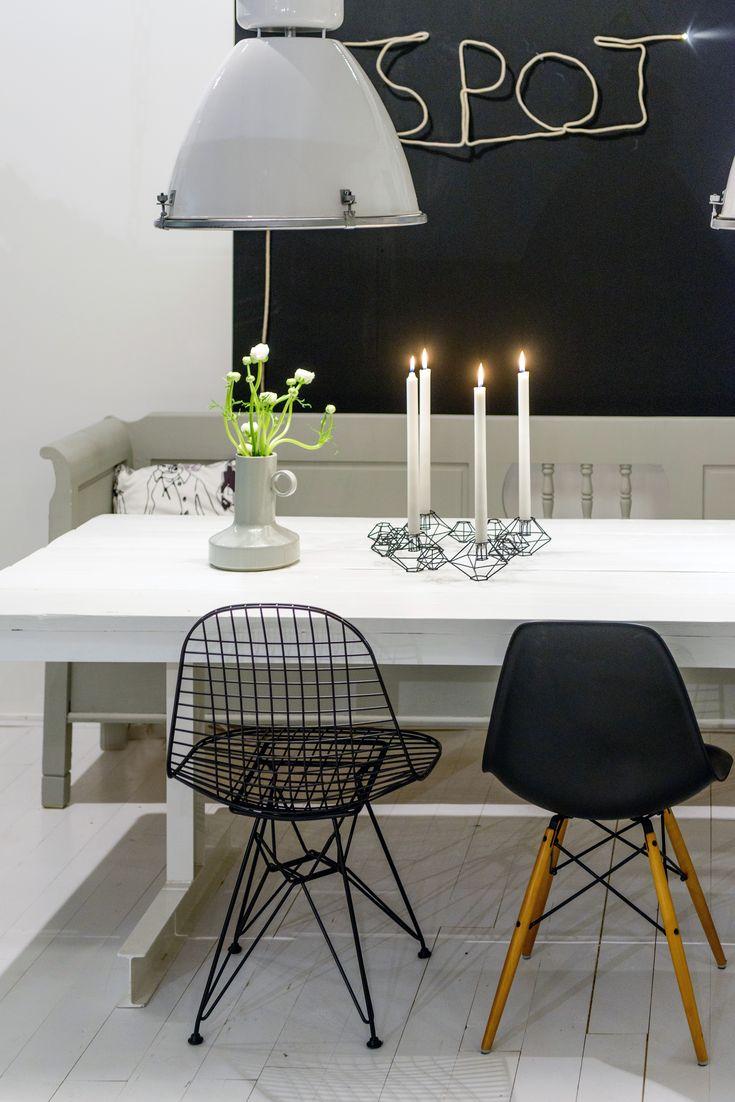 handgemaakte eettafel met eames stoelen in ontwerp van Stijlburospot in Groningen