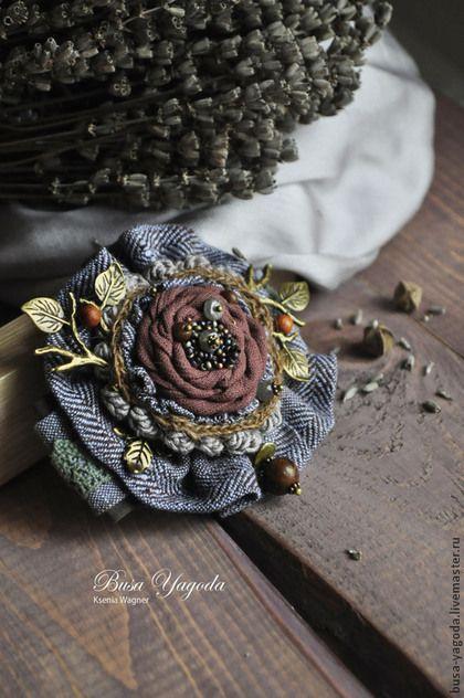 Купить или заказать Брошь ручной работы 'Шотландский лес' в интернет-магазине на Ярмарке Мастеров. Крупная брошь растительным декором, камнями и бисером, немного асимметричная. Основа выполнена из хлопка и льна. Льняная ткань с геометричным рисунком, сложного серо-сиреневого оттенка с коричневым. В центре цветок из хлопка, льна, и вязаной тесьмы двух видов. Украшен японским разноцветным бисером, лабрадором, бусинами из натурального дерева. Веточки с листочками и ягодками придают брошк...
