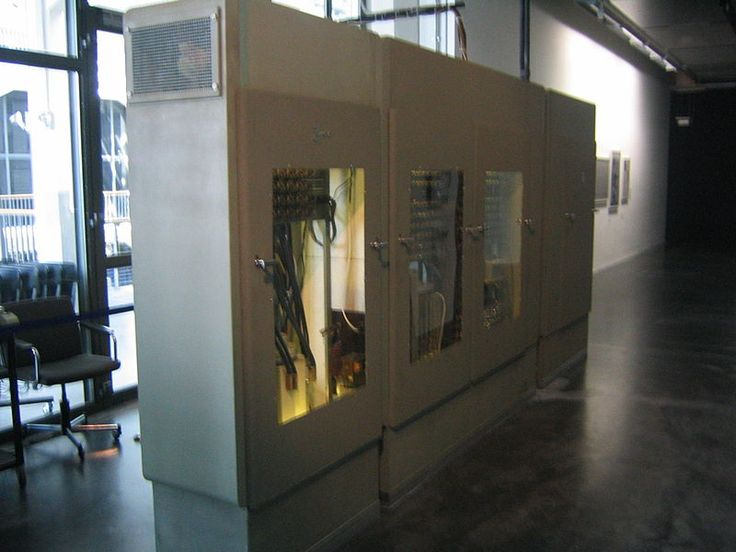 L'evoluzione dello Z1 fu lo Z2 che si differenziava nell'uso di relè elettrici per la parte del calcolo aritmetico e di controllo.  Velocità di clock 3 Hertz e memoria a 32 bytes