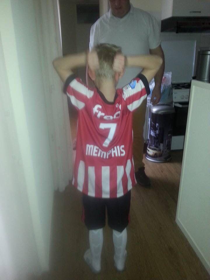 Memphis showt z'n nieuw tenue van PSV natuurlijk met rugnummer 7 z'n held en naam genoot MEMPHIS Depay!!!