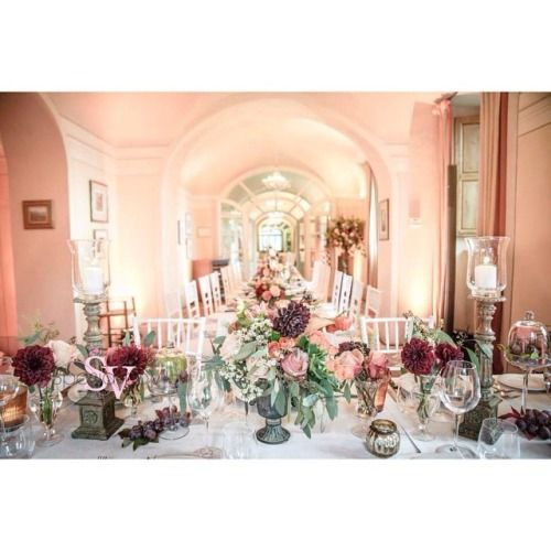 One of our last weddings of the season. We love the fall colors. Photo: @ange_fir Planning: @sposiamovi  @sara_bartolini  Floral Decor: @larosacaninafirenze  #lrcf #larosacaninafirenze #floral #flowers #tablesetting #centerpieces #fall #wedding #destinationwedding #tuscany #weddingintuscany #table