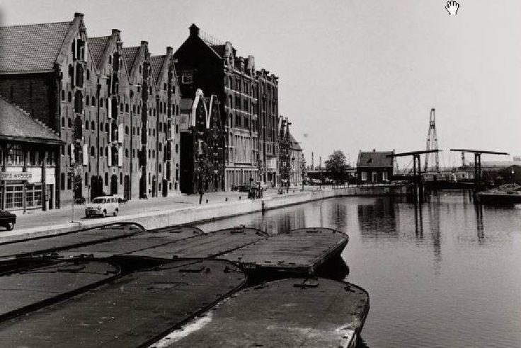 Amsterdam, De Realengracht met aan het eind brug no. 316. Deze dubbele ophaalbrug is genoemd naar de Zandhoek. Op deze hoek van de Westelijke Eilanden mocht volgens een Keur van 1634 de zandmarkt gehouden worden.