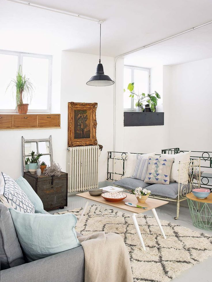 Vandaag kijken we binnen in dit vakantiehuis in Madrid. Het interieur is een mix van veel verschillende stijlen: een industriële eettafel gecombineerd met brocante stoeltjes, vintage accessoires in de kast en hier en daar wat Scandinavische invloeden.Kijk mee naar de foto's en shop deze look zelf! Bron: Planete Deco