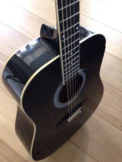 Je loue ma guitare acoustique folk Stagg.Je ne l'utilise malheureusement pas assez et je suis convaincu qu'elle serait ravie d'être utilisée plus souvent.