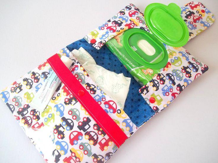 POR FAVOR, ESCOLHER A ESTAMPA DESEJADA NO MOSTRUÁRIO ao final do anúncio. <br> <br>Porta Fraldas, Lenço Umedecido e Pomada / Kit Higiene para bebês <br>- 1 bolso para fraldas (Cabem até 3 fraldas) <br>- 1 bolso para pomada etc <br>- 1 bolso para os lenços umedecidos <br>- Deseja personalizar com o nome do seu bebê? <br>Solicitar acréscimo de 15,00 para a personalização (Nome). <br>A personalização é feita com máquina de recorte eletrônico e transfer importados, aplicados na fitinha de…
