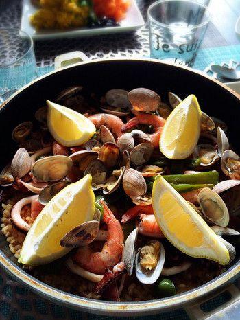 フライパンで作ってドンとそのまま出せちゃう豪華なパエリア。魚介や野菜の下処理さえしてしまえば、後はフライパンひとつで簡単に出来るのに華やかで本格的に見えちゃうスペイン料理です。