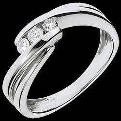<a href=http://www.edenly.com/bijoux/bague-trilogie-ritournelle-or-blanc,1105.html style=color:#fff;text-decoration:none;>Bague trilogie Ritournelle or blanc - 0.21 carats - 3 diamants <br><b style=color:#FFE492;>690 €</b> (-49%) </a>