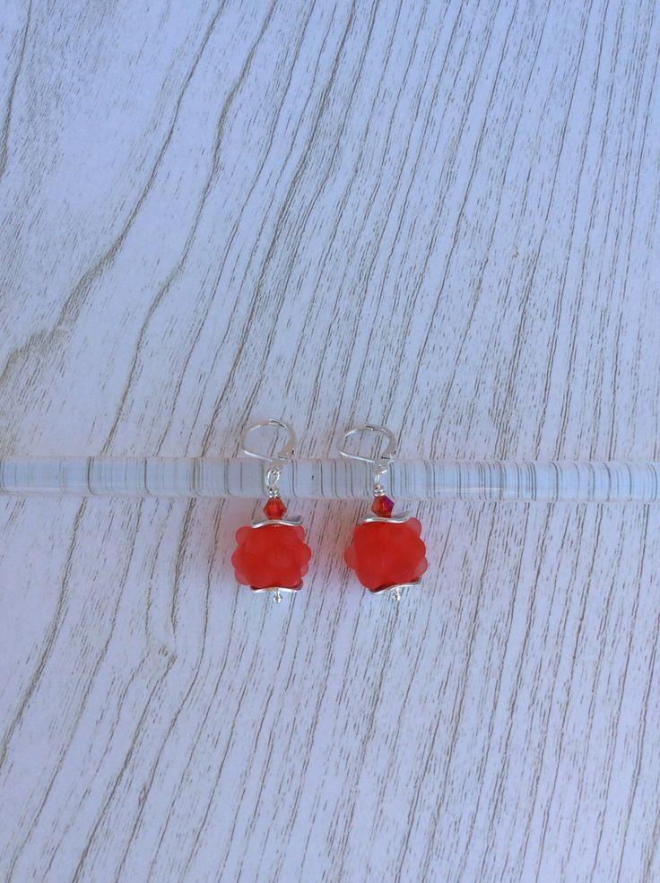 Boucles d'oreilles Argent 925 perles en verre de Murano filé au chalumeau rouge orangé-transparent dépoli : Boucles d'oreille par auverredoz