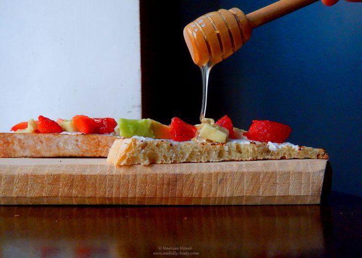 Bruschette cu ricotta, avocado și căpșune.   Honey glazed ricotta, avocado and strawberry bruschetta.