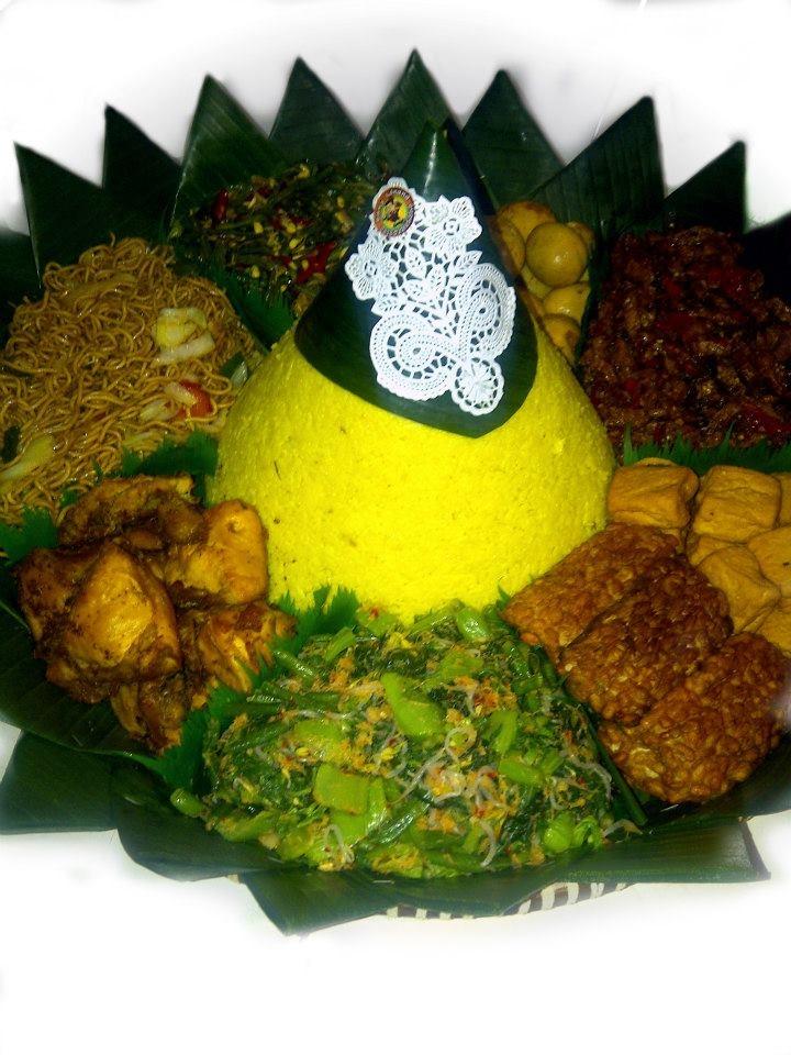 Nasi kuning + Urab / Kluban + Ayam goreng + Mie goreng + Oseng kacang + Telur merah + Oseng tempe + Tahu goreng + Tempe goreng