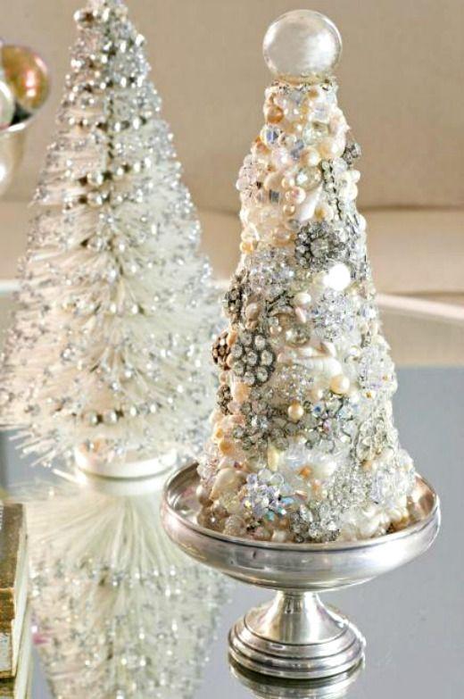 Cubra una pieza en forma de árbol de la espuma con joyería de fantasía vintage para el que está de un árbol de Navidad tipo de bricolaje