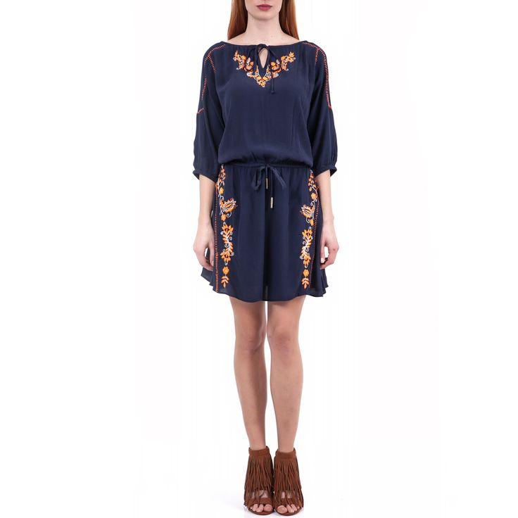 Μίνι φόρεμα σε μπλε χρώμα, κεντήματα κατά μήκος του και μανίκια 3/4 μέχρι τον αγκώνα. Εχει αέρινη γραμμή, ενώ το λάστιχο με τα κορδόνια στη μέση σας επιτρέπει να το προσαρμόσετε στο σώμα σας.