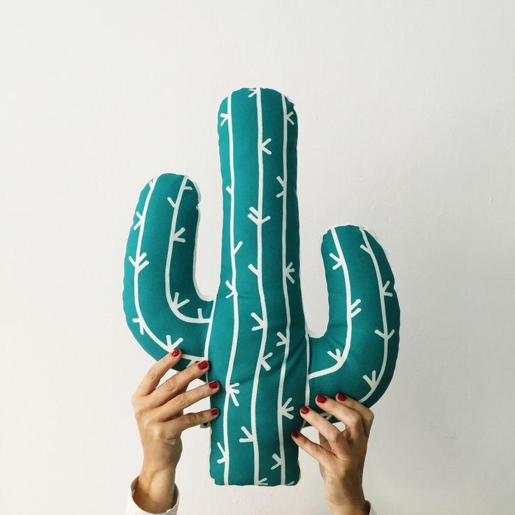 Nuestro cojín cactus está disponible en dos colores y es perfecto como almohadón y para decorar cualquier rincón de tu hogar.  Confeccionado a mano con tela 100% poliéster.  Diseño estampado por ambas caras.  Tamaño: 48x34cms aprox.  Recomendaciones: se aconseja lavar en frío y a mano, y dej