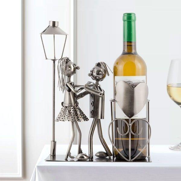 Ak chcete prekvapiť svoju polovičku, kovový stojan na víno sa o to postará. Romantický darček vhodný aj ako dekoračný predmet a príležitostná váza na kyticu!