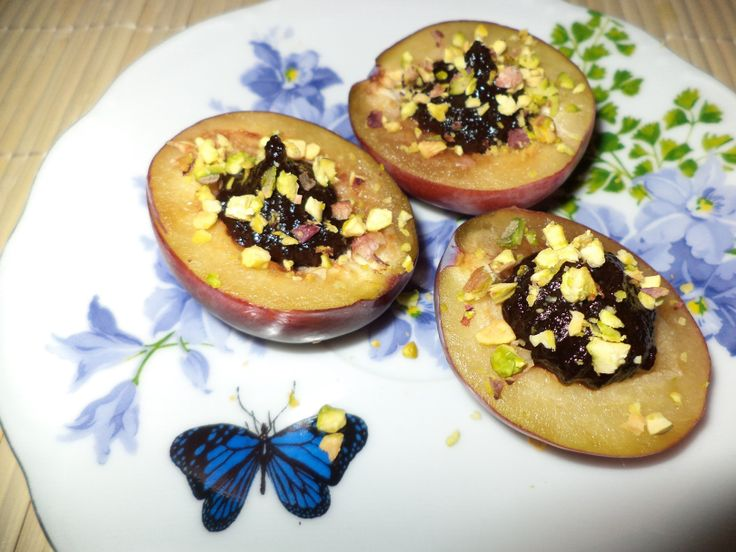 Prune Fresh Cu Magiun De Prune / Fresh Plums With Plum Jam https://vegansavor.wordpress.com/2015/08/07/prune-fresh-cu-magiun-de-prune-fresh-plums-with-plum-jam/ #Topoloveni #plum #jam #pistachio #vegan #sweets