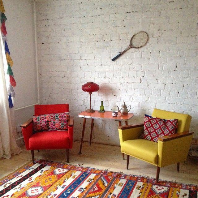 """Labrīt Rīga! Mans Teikas #Hruščovka 316 sērijas kičš - uzlaboti Ss.lv atradumi + Marokas paklājs & spilveni + Portugāles lampa + Turcijas čaiņiks + @lieneperkone dāvinātā rakete """"Ukraina"""" + Nepālas vēsmas pie loga / #Khrushchevka kitsch in my Riga flat.. Do you like it?  #USSRdesign in 21st century #vintage #vintagedesign #хрущевка"""