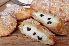 Le Cassatelle di Ricotta sono dei dolcetti fritti siciliani realizzati da un impasto saporito e fragrante ripieno di crema di ricotta, si sciolgono in bocca