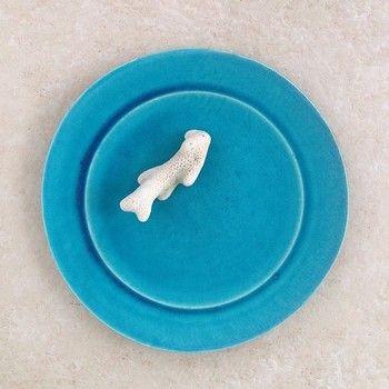 ペルシャブルーの器は、大嶺さんの代名詞。沖縄の海を思わせる、澄んだ青です。