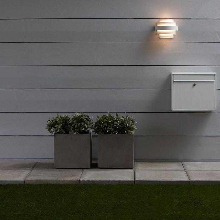 MARKSLÖJD Etage LED 2x3W Vit Vägglampa Stilren utevägglampa som är IP44 klassad med olika Etage från Markslöjd. Armaturen är utrustad med 2 st LED ljuskällor där vardera LEDljuskälla är på 3W. Markslöjd ger 5 årsgaranti på LED ljuskällorna. Höjd 15cm Bredd 19cm Djup 11cm Effekt max 2X3W Sockel LED Ljuskällor 2st Ingår Färg Vit Material Aluminium IP KLass IP44 Energiklass A Övrigt Skruv...