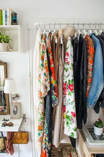 ケース収納が面倒臭い、服がシワになるのがいやという人は、全ての衣類をハンガーにかけて収納する方法も。 忙しい人やせっかちさんにもぴったりな収納法です。