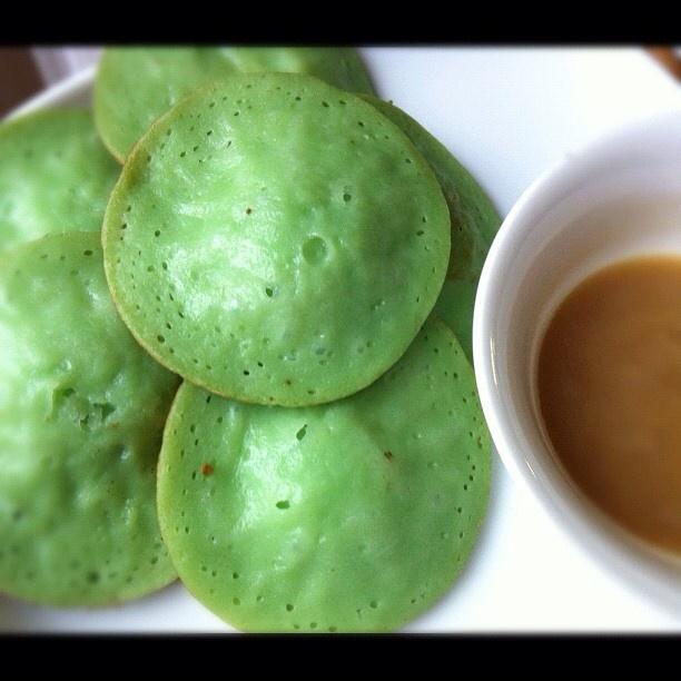 SERABI // Serabi cake is a snacks that originated from Indonesia. Traditionally, Serabi is baked on the small clay pot and is eaten with sweet and savory 'kinca' ( Palm sugar & Coconut) syrup // スラビとは、ココナッツミルクと米粉のおかしで、インドネシア風パンケーキである。伝統的なスラビは石鍋で作られ、ブラウンシュガー(キンチャ)から作られたソースで食べる。// Serabi merupakan makanan ringan yang berasal dari Indonesia. Serabi terbuat dari adonan tepung beras yang dimasak di atas tungku. Serabi sunda biasanya dilengkapi dengan gula merah cair yang disebut kinca.