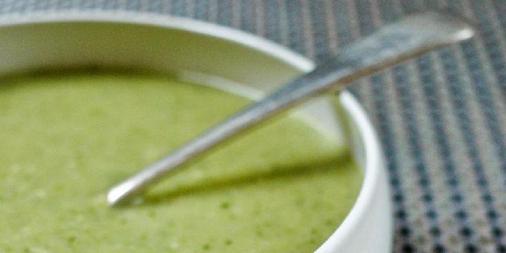 Suppe med grønne bønner og mandelsmør - En enkel, grønn suppe som blir himmelsk med en magisk ingrediens - mandelsmør.