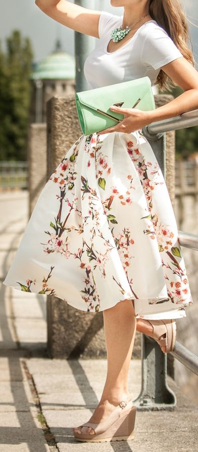 Fashion trends | White tee, floral printed midi skirt, sandals, mint clutch, necklace | mint summer fashion