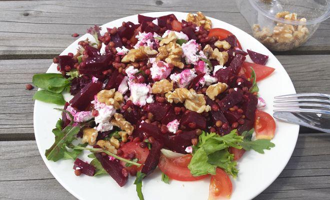 Dit recept voor bietensalade met linzen, geitenkaas en walnoten is makkelijk te maken en heel gezond. Een ideale lunch om mee naar werk te nemen.