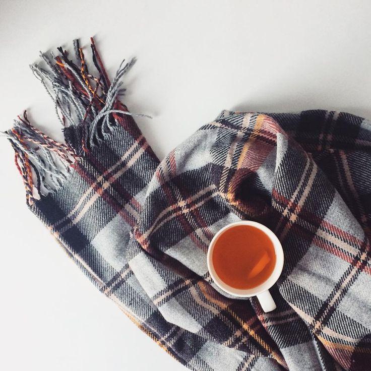 """Wraz z moim nowym szalikiem, mówimy powracającym upałom stanowcze """"kiedy indziej""""  #szalik #herbata #jesień"""