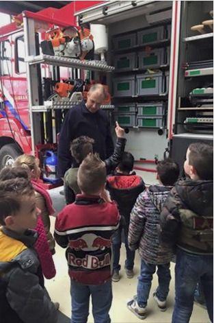 OBS De Kameleon Mill | Zo snel als de Brandweer... In een vuurrode Brandweerauto... Blussen, helm op, veilig helpen... Wat een interessant bezoek bij de Millse Brandweerkazerne!! We hebben veel gezien, gehoord en gevraagd!