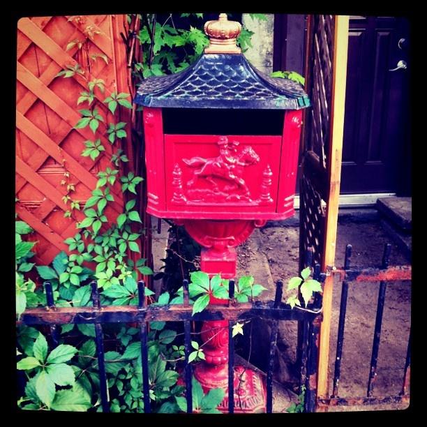 Belle boîte à lettre rouge :) #montreal #mailbox: Montreal Mailbox