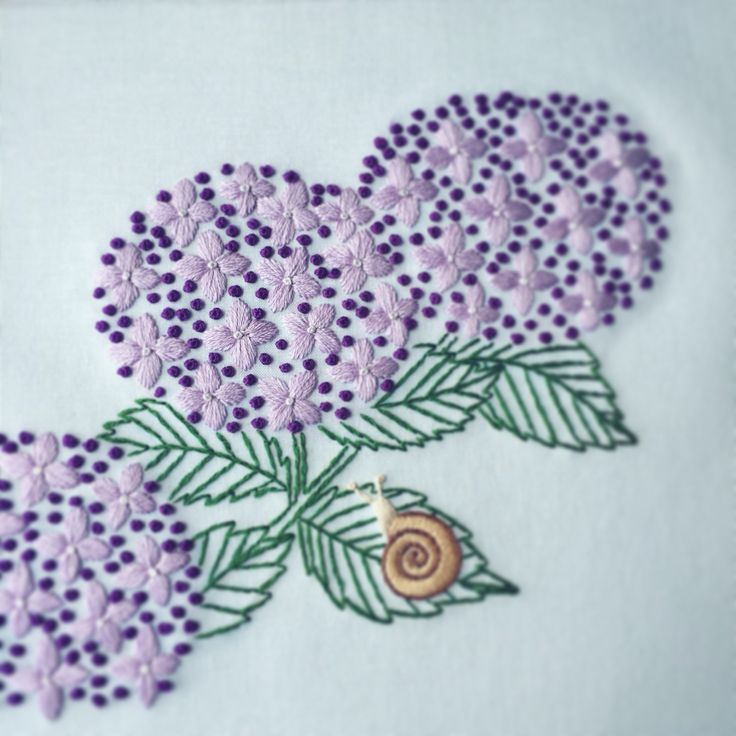 Naoko Asaga Embroidery. 紫陽花とかたつむりの刺繍。