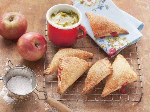 Blätterteig-Taschen lassen sich auch schnell für einen Last-Minute-Kaffeebesuchzaubern. Gefüllt mit Äpfeln und Pflaumen und serviert mit frischem Pistazienschmand.