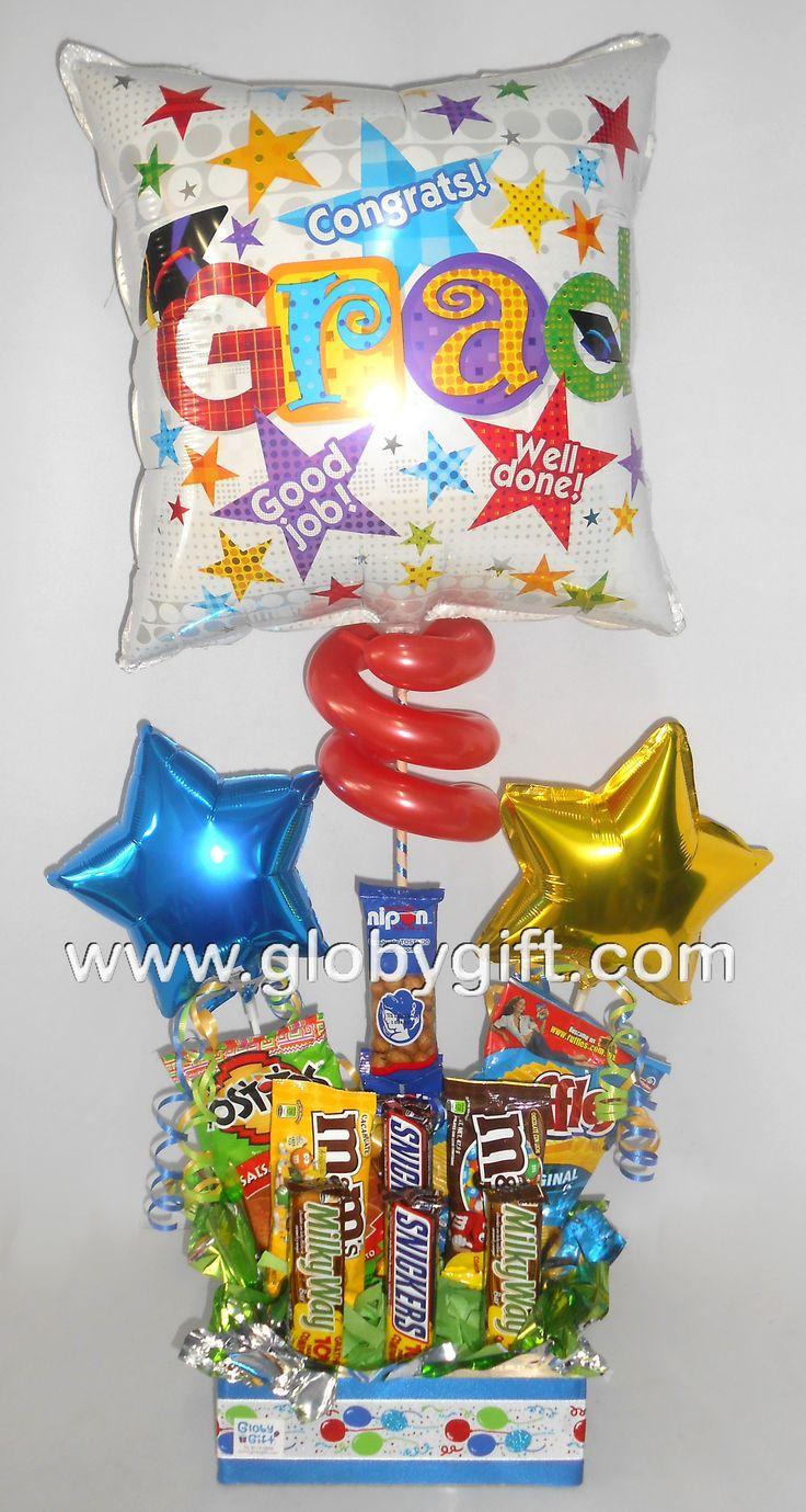 Festeja ese gran logro, arreglo con globos de graduación, con botana y chocolates.