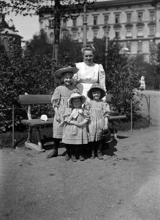 Lapsia Katajanokan puistossa. Timiriasew Ivan 1910–1919. Helsingin kaupunginmuseo - negatiivi, nitraatti, mv - Finna