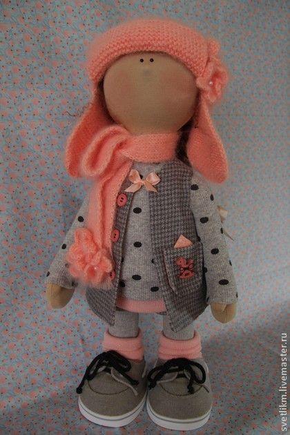 Шапочка....... Девочка сшита из трикотажа. Основа куклы сухое валяние. Очень плотненькая. Ручки и ножки подвижные- крепление на шплинтах Самостоятельно стоит и сидит. Глазки из стекла.
